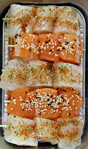 Mini skewers with salmon and pangasius